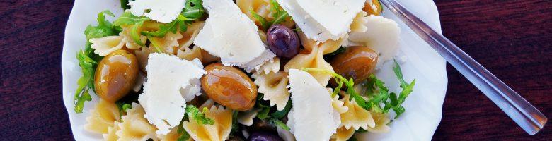 Insalata di pasta fredda alla greca