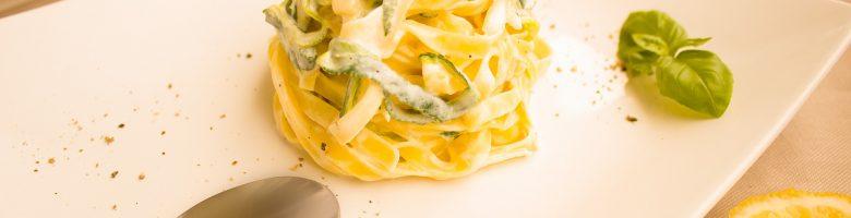 Tagliatelle alla carbonara vegetariana con zucchine e uova
